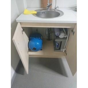 Змонтована система зворотного осмосу під мийкою в квартирі