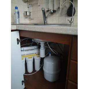 Смонтированная система обратного осмоса с краном для очищенной воды
