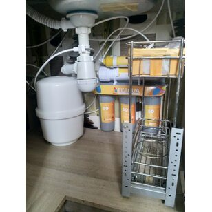 Змонтована система зворотного осмосу під мийкою