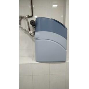Змонтована система пом'якшення води у ванній кімнаті